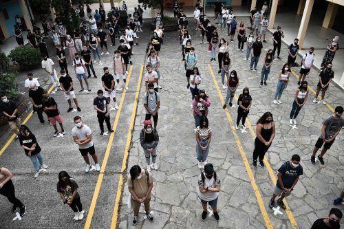 Schüler halten am ersten Schultag des neuen Schuljahres in Thessaloniki soziale Distanz im Schulhof. afp