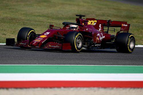 Sebastian Vettel im Ferrari, der in Erinnerung an die 50er-Jahre in einem dunkleren Rotton gehalten ist.Reuters