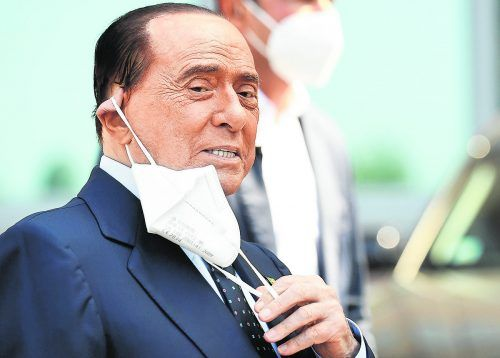 Silvio Berlusconi (83) beim Verlassen der Klinik San Raffaele in Mailand. Der Politiker wurde wegen einer Corona-Infektion zehn Tage lang im Krankenhaus behandelt.Reuters