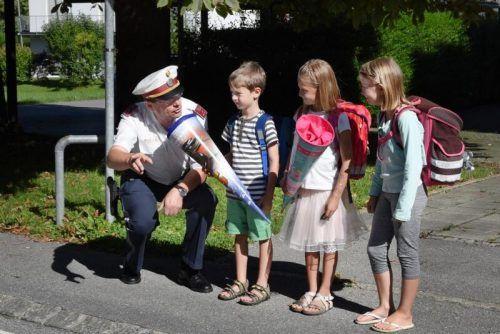 So wie Thomas Slappnig von der Polizeiinspektion Lauterach unterweist die Exekutive im ganzen Land die Schützlinge in puncto sicherer Schulweg. POLIZEI