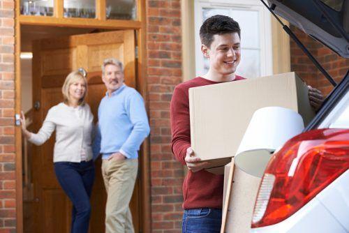 Söhne sind durchschnittlich 22,6 Jahre alt, wenn sie von zu Hause ausziehen. Shutterstock