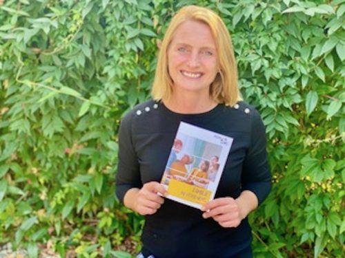Stadträtin Angelika Benzer mit der neuen Familienbroschüre. tf