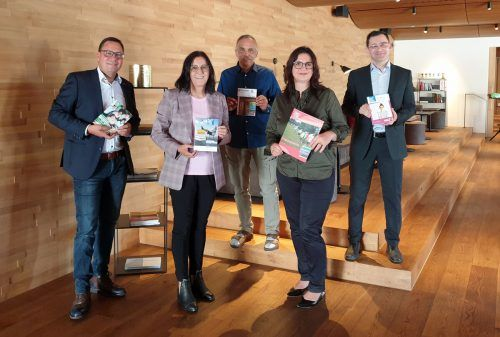 Stefan Fischnaller (VHS Götzis), Elisabeth Schwald (Bludenz), Wolfgang Tschallener (Rankweil), Bernadette Madlener (Hohenems) und Michael Grabher (VHS Bregenz). VHS