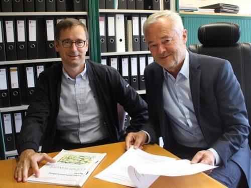 Symbolische Amtsübergabe von Gerhard Steurer an seinen Nachfolger Hubert Josef Graf beim Gespräch mit der VN Heimat. STP