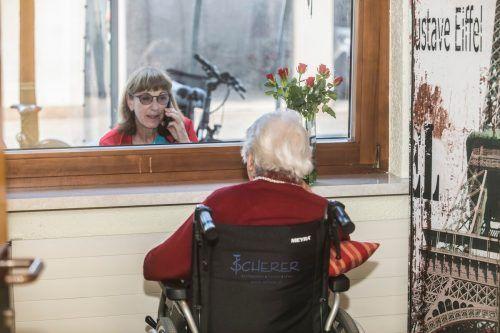 Szenen wie diese, als sich Angehörige nur noch durch Fensterscheiben sehen durften, soll es in Pflegeheimen nach Möglichkeit nicht mehr geben.vn/paulitsch