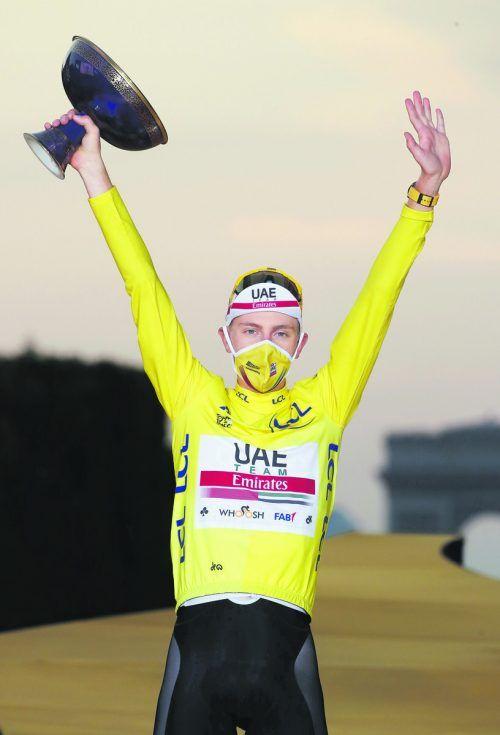 Tadej Pogacar durfte sich im Ziel der Tour de France in Paris neben dem Gelben auch das Weiße Trikot des besten Jungprofis sowie das gepunktete Berg-Trikot überstreifen.Reuters