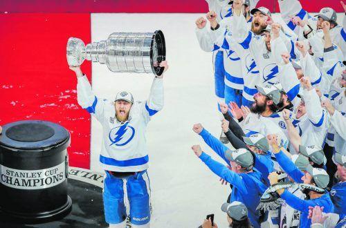 Triumph im Finale der NHL für Tampa Bay. Kapitän Steven Stamkos und die Mannschaft präsentieren nach dem Sieg über Dallas den Stanley Cup.ap