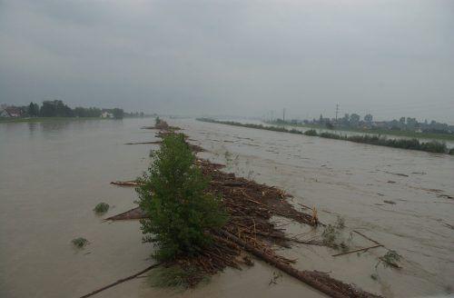 Überschwemmung des Rhein beim Zollamt Au/Lustenau.