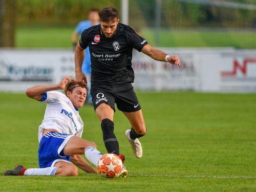 Ueder Barbosa Mendes (r.) ist neuer Top-Torschütze der VN.at-Eliteliga, gegen Röthis traf er zum 4:0 für Bregenz.LERCH
