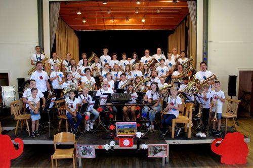 """Unter der Leitung von Stefan Nobis und Raphael Keller feierten die """"Lochauer Jungmusikanten"""" den Abschluss des Ferienlagers."""