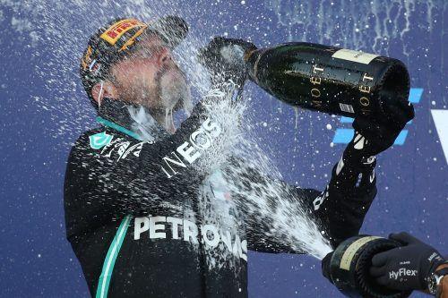 Valtteri Bottas lässt sich den Champagner schmecken. Für den Finnen war es der neunte Sieg seiner Karriere und der zweite im zehnten Saisonrennen.apa