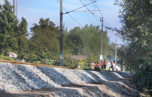 Während der vergangenen Wochen bauten die ÖBB den Schotterkoffer des Bahndammes zwischen Hard und Lustenau völlig neu auf. ajk