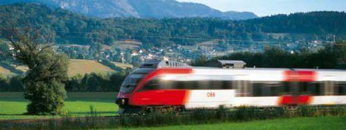 Während der Zug bald durch einen neuen Bahnhof Bregenz rollt, heißt es Warten in Götzis.VN