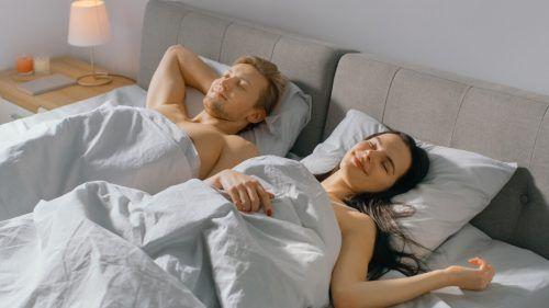 Wer optimistisch ins Leben blickt, hat einen besseren Schlaf. Shutterstock