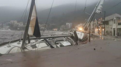 Zahlreiche Boote wurden in griechischen Häfen schwer beschädigt. reuters