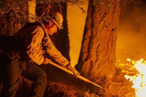 Zehntausende Feuerwehrleute kämpfen weiter gegen die Waldbrände. AFP
