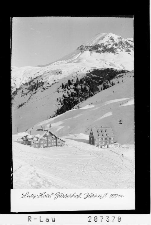 Zürs etablierte sich nach dem Ersten Weltkrieg besonders im Winter als aufstrebender Fremdenverkehrsort. Erste Skikurse wurden abgehalten und 1938 zählte Zürs bereits 500 Gästebetten. 1937 wurde am Übungshang in Zürs der erste Schlepplift Österreichs erbaut, dem dann wenig später ein Lift am Lecher Schlegelkopf folgte.Vorarlberger Landesbibliothek, Risch-Lau, Oskar Spang, STadtarchiv Bregenz