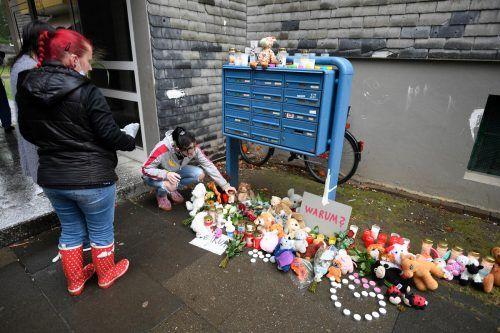 Zum Gedenken wurden vor dem Wohnblock Blumen und Kerzen abgelegt. APA/dpa