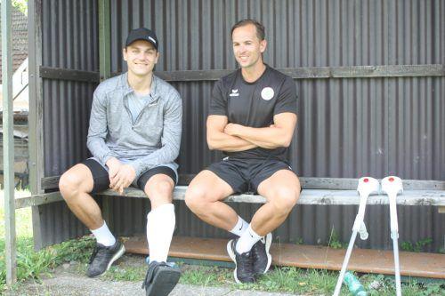 Zum Trainingsstart noch mit Gips neben Athletiktrainer Julian Kleinheinz, zum Saisonstart ist Lukas Fridriks wohl schon dabei.Knobel