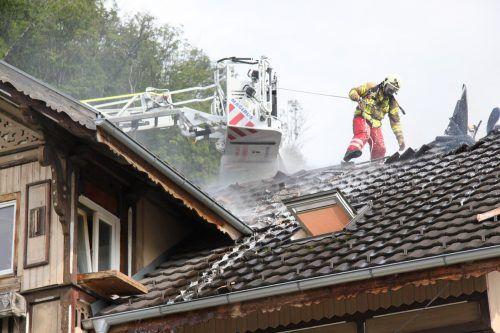 Zur Bekämpfung des Dachstuhlbrandes an der Wagnerstraße setzte die Feuerwehr auch einen Steiger ein. VOL/Mayer (2)