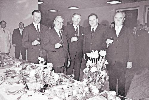 1967 wurde Mangold die Ehrenbürgerschaft der Gemeinde Lochau verliehen. Im Bild: Josef Degasper, Bürgermeister von Eichenberg, Michael Mangold, Bürgermeister von Lochau, Karl Tizian, Bürgermeister von Bregenz, Josef Rupp, Vizebürgermeister von Lochau, und Severin Sigg, Bürgermeister von Hörbranz (v. l.). Rudolf Zündel (VN); Oskar Spang, Stadtarchiv Bregenz; Vorarlberger Landesbibliothek