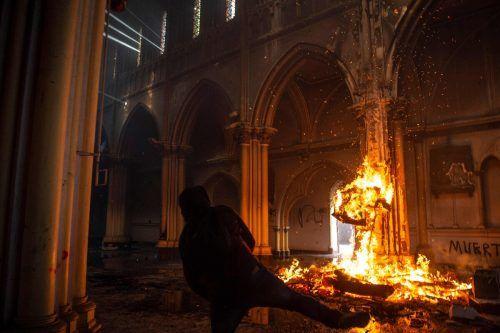 Am Jahrestag der Proteste gegen soziale Ungleichheit und die konservative Regierung in Chile brennen in Santiago de Chile Kirchen. AFP