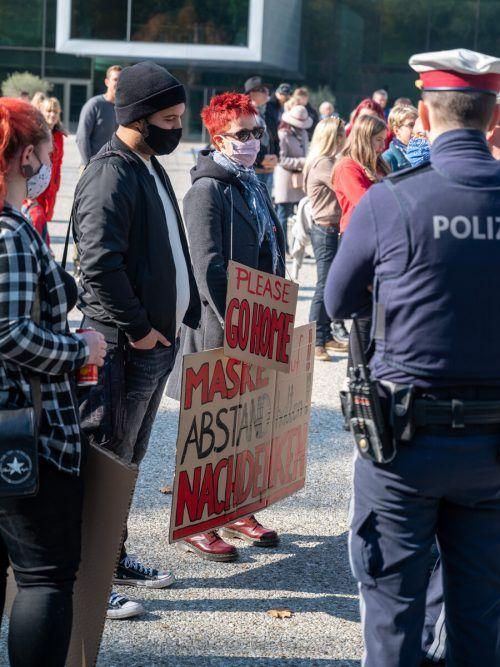 Am Sonntag gesellten sich Gegendemonstranten zu der Demo gegen Coronamaßnahmen am Platz vor dem Festspielhaus. VN/Lerch