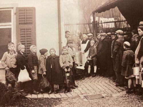 Anstehen um Lebensmittel in Dornbirn im Jahr 1936.