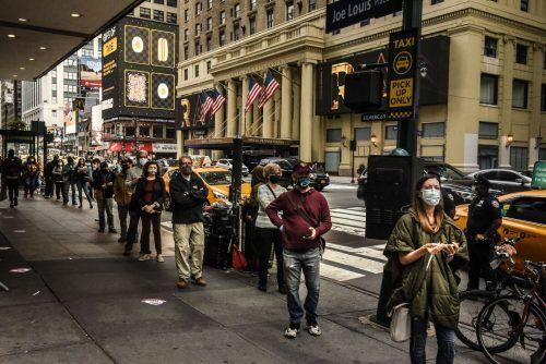 Auch in der Millionenmetropole New York bilden sich vor Wahllokalen Menschenschlangen. AFP