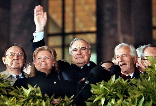 Auf diesem Bild vom 3. Oktober 1990 sind Hans-Dietrich Genscher, Hannelore Kohl, Helmut Kohl, Richard von Weizsäcker und Lothar de Maiziere zu sehen. (v.l.)
