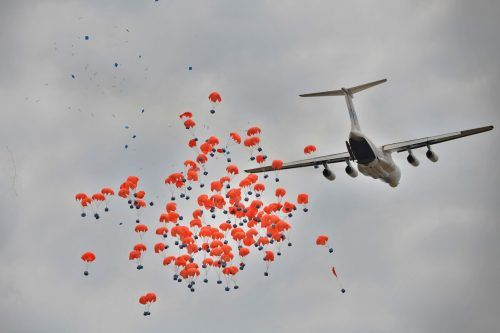Auf diesem Bild vom Februar 2020 ist ein vom WFP geleastes Flugzeug zu sehen, das Hilfslieferungen über einer Ortschaft in Ayod, Südsudan, abwirft. AFP