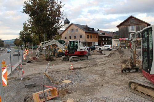 Aus dem Provisorium von Radweg und Parkplätzen werden im Andelsbucher Zentrum jetzt klare Strukturen gemacht.stp/2