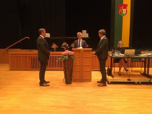 Bezirkshauptmann Helgar Wurzer (Mitte) lobt Bgm. Kurt Fischer (rechts) und Vize Daniel Steinhofer an.