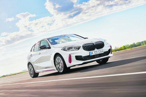 BMW tritt mit dem Einser ab November im Golf-GTI-Segment an. Der neue 128 ti verbindet Frontantrieb, einen 265 PS starken Vierzylinderbenziner und Achtgangautomatik zum sportlichsten Münchner Kompaktmodell unterhalb des M 135i xDrive. Optisch setzt sich der Kompaktsportler unter anderem durch eine schwarze Niere, schwarze Spiegelkappen und 18-Zoll-Felgen im Y-Design von den Standardmodellen ab.