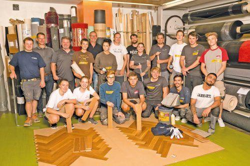 Bodenleger 14 Bodenlegerlehrlinge aus acht Lehrbetrieben und vier Ausbildner waren bei der Quartalsübung bei der Firma Ludovikus in Lustenau mit dabei. Im Fokus stehen Fachwissen aufbauen, Freude am Beruf und das Netzwerken zwischen den Lehrlingen. wkv/mathis