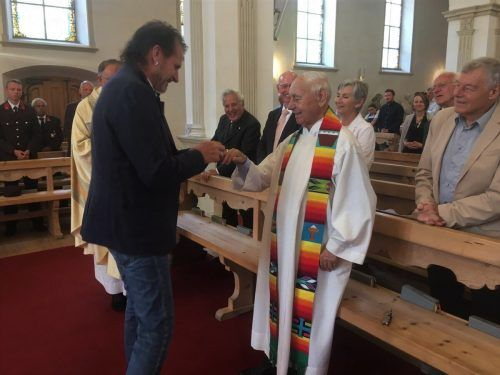 Bürgermeister Herbert Bitschnau steckte im Rahmen einer Messfeier den Ehrenring an Pfarrer Peter Bitschnaus Finger.str