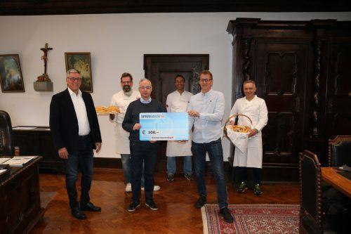 Bürgermeister Wolfgang Matt und Wolfgang Strauss (Hilfswerk Feldkirch) durften den Spendenscheck des Bäckerhilfswerks übernehmen.Stadt