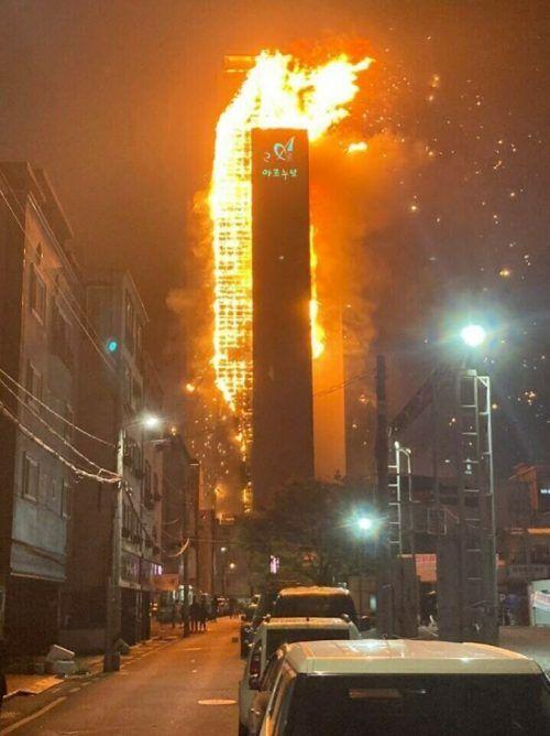 Das Feuer erstreckte sich über die gesamte Gebäudefassade. Twitter