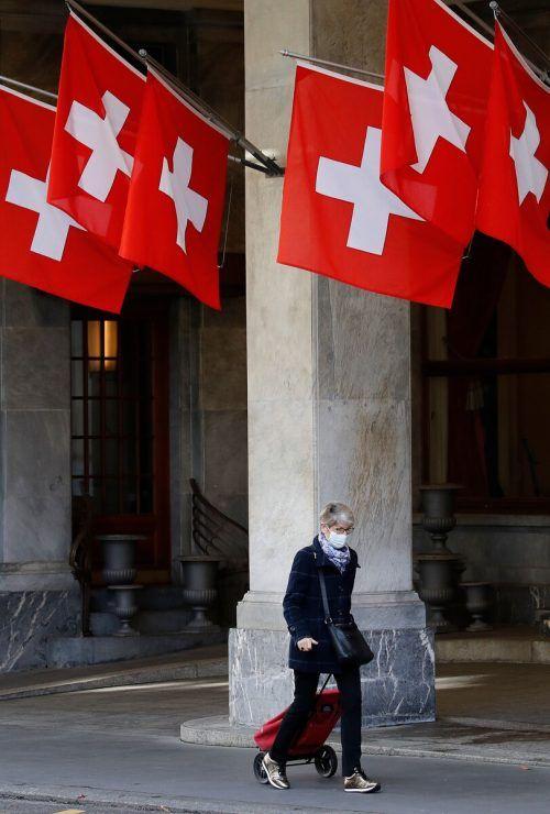 Das Schweizer Bundesamt für Gesundheit erhebt auch für Liechtenstein Coronazahlen. Die beiden Länder (Schweiz: rund 8,5 Millionen, Liechtenstein etwa 38.750 Einwohner) mussten am Donnerstag einen neuen Tagesrekord vermelden: 9386 Neuinfektionen. Bern verkündete nun neue zeitlich unbefristete Maßnahmen: Restaurants und Bars sollen um 23.00 Uhr schließen, Veranstaltungen mit mehr als 50 Personen sowie sportliche und kulturelle Freizeitaktivitäten mit über 15 Menschen sind untersagt. Tanzlokale bleiben zu, die Maskenpflicht wird ausgedehnt. Liechtenstein macht die gesamte Gastronomie drei Wochen lang dicht.