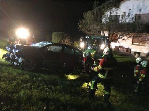 Das schwer beschädigte Auto kam in einer Wiese auf den Rädern wieder zum Stillstand. Vol.at/Mayer