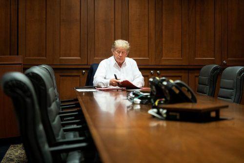 Das Weiße Haus veröffentlichte Bilder des mit dem Coronavirus infizierten Präsidenten, wie er in der Klinik arbeitet. Reuters