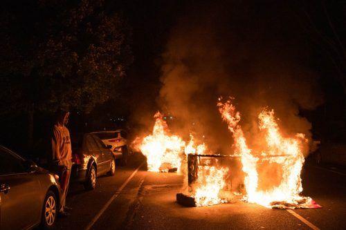 Demonstranten setzen ein Sofa in Brand. Seit Wochenbeginn kommt es zu heftigen Protesten in der US-Stadt. AFP
