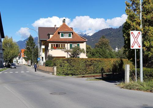 Der Bahnübergang in der Klarenbrunnstraße wird mit Kunststoffplatten aus Vollgummi verkehrstechnisch auf den neuesten Stand gebracht. stadt bludenz