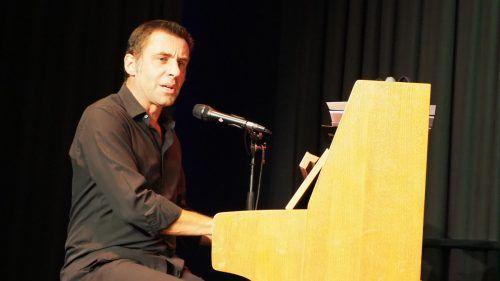 Der Bayer Martin Schmitt sitzt am Piano und feuert seine Wortspitzen mit Röntgenblick ab. Dem Publikum gefällt's.CHristof Egle