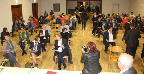 Der Beginn der Sitzung verzögerte sich, weil die Registrierung und Platzzuweisung mehr Zeit als eingeplant in Anspruch nahm.