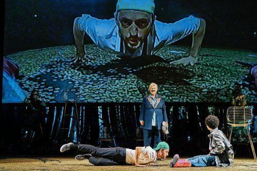 """Szene aus der Produktion """"Geld, Parzival"""" am Vorarlberger Landestheater: Die darstellende Kunst ist vom Lockdown besonders hart betroffen. LT/Koehler"""