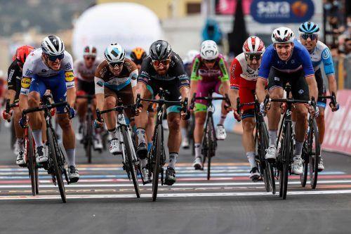 Der Franzose Arnaud Demare (rechts) sprintete zum Etappensieg.afp
