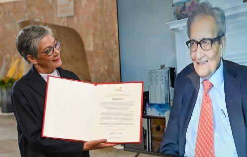 Der indische Wirtschaftswissenschaftler und Philosoph Amartya Sen erhielt den Friedenspreis von Karin Schmidt-Friderichs virtuell überreicht. AFP