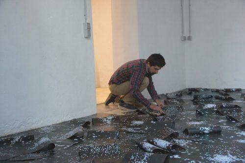 Der Künstler Francesco Navarrete Sitja im Atelier.