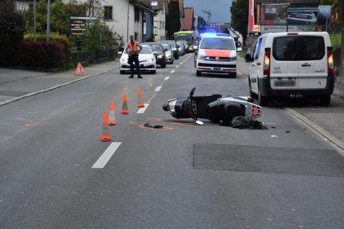 Der Motorradfahrer wurde von einem Pkw, der von einem Parkplatz herausfuhr, zu Boden geschleudert. LANDESPOLIZEI
